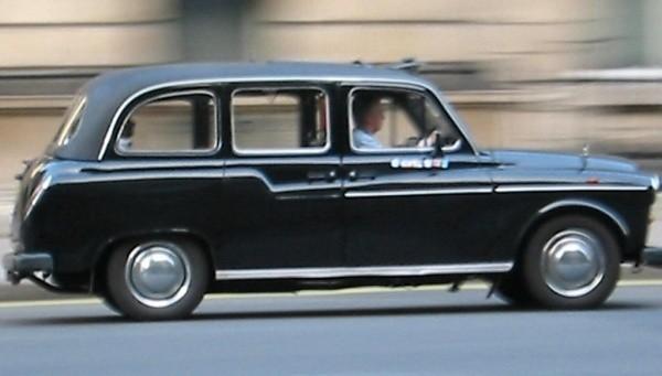 Charakterystyczne, czarne taksówki to jeden z symboli stolicy Anglii. Niestety, tradycja przegrywa z komercją, gdyż coraz częściej na ulicach Londynu można zobaczyć taxi w innych kolorach lub ozdobione reklamami.