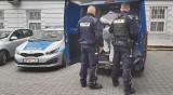Zamierzał samolotem dostarczyć do Anglii przesyłkę, w której ukrył ponad 2 kilogramy środków odurzających. Policjanci zatrzymali 45-latka