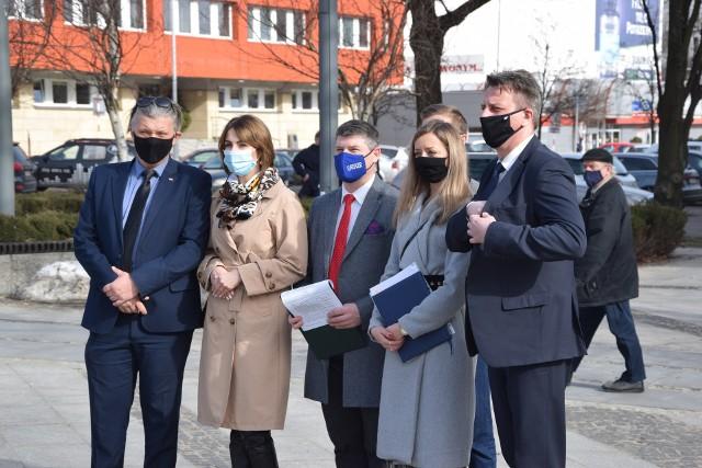 Radni PiS byli przeciwni nowej uchwale śmieciowej. Najbardziej o jej zmianę zabiega Piotr Wrona (pierwszy z lewej)