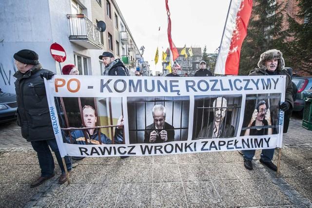"""Około 300 osób wzięło udział w marszu, który pod hasłem """"W obronie demokracji i uczciwych wyborów"""" zorganizowało w sobotę w Koszalinie Prawo i Sprawiedliwość."""