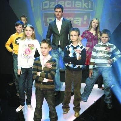 """Ola Kulesza (w białej bluzce) razem z Tomaszem Kammelem i kolegami z programu """"Dzieciaki górą"""""""