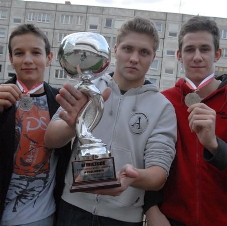 Zdobyte w sezonie 2007-2008 trofea z dumą prezentują trzej waterpoliści GKPW 59 (od lewej): młodzik Michał Nowicki oraz juniorzy młodsi Karol Królak i Michał Krawczyk
