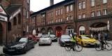 W Katowicach na Nikiszowcu kierowcy ignorują zakazy. Parkują i jeżdżą samochodami na pl. Wyzwolenia. Wkróce pojawią się bariery