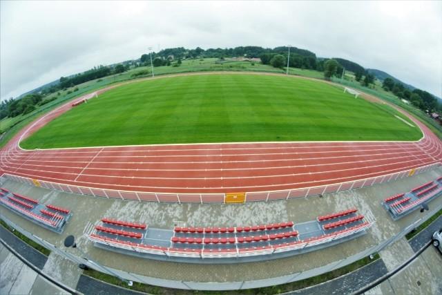 Bytowski stadion otwarty dla miłośników sportu.