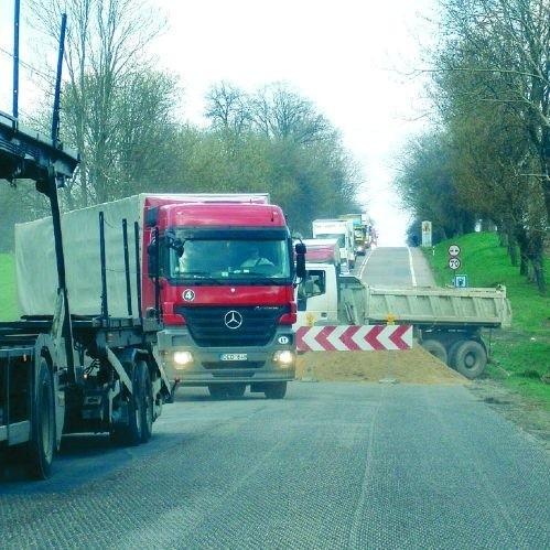 Obecnie w sześciu miejscach na odcinku drogi krajowej nr 61 – od Łomży do granic województwa w kierunku Ostrołęki – ruch odbywa się wahadłowo, gdzieniegdzie prowizorycznymi objazdami. Na każdej przeszkodzie z obu stron tworzą się gigantyczne korki.