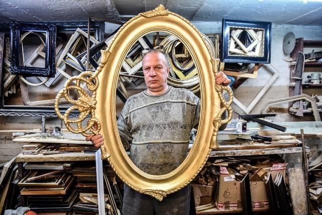 Janusz Królczyk w swoim warsztacie