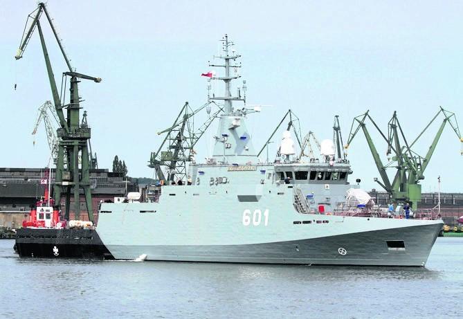 Kormoran wypływa ze stoczni remontowa Shipbuilding na drugie...