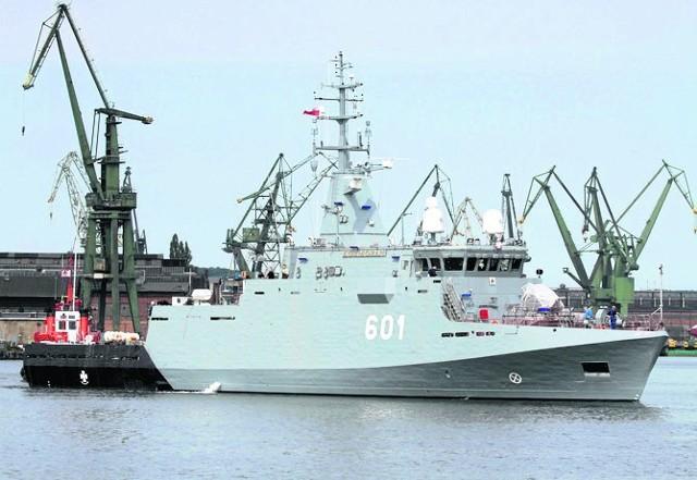 Kormoran wypływa ze stoczni remontowa Shipbuilding na drugie próby morskie przed przekazaniem marynarce.