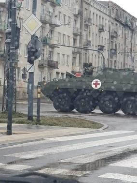 Zdjęcie, które opisujemy, zostało niesamowicie zrobione w tym samym czasie w różnych miastach Polski