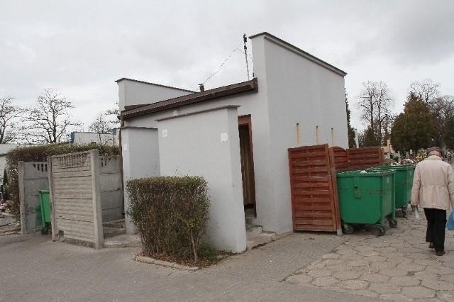 Na zewnątrz toalety na cmentarzu św. Rocha wyglądają nie najgorzej…