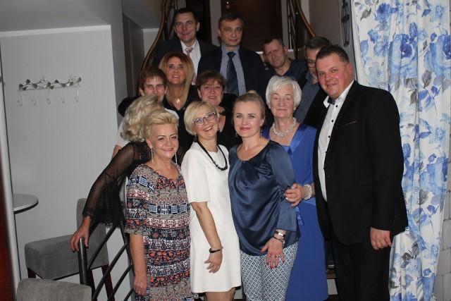 Absolwenci Technikum Chemicznego w Inowrocławiu, którzy maturę zdali w 1987 r. pozują do pamiątkowej fotografii wraz z Barbarą Talaśką, wychowawczynią klasy