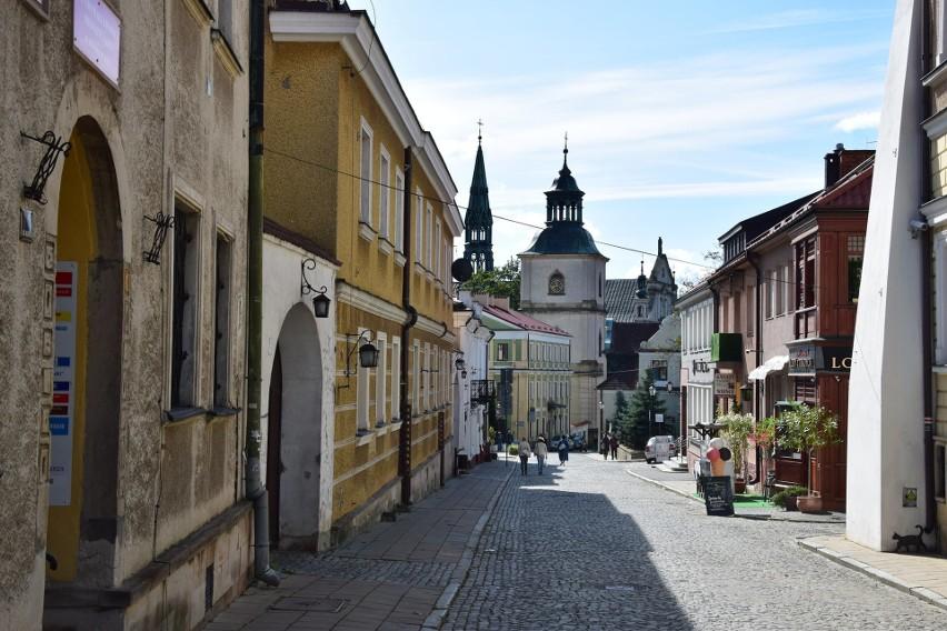 """Sandomierz to niewielkie współcześnie miasto (25 tysięcy mieszkańców), ale z burzliwą historią sięgającą tysiąca lat. Jego chwała i potęga przeplata się z zapaścią i degradacją. W tym mieście kręcone są odcinki serialu """"Ojciec Mateusz"""" z Arturem Żmijewskim w roli głównej."""