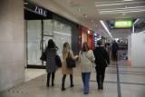 Takie są zarobki w Biedronce, Lidlu, McDonald's i innych sieciówkach. Tyle na konto dostają teraz kasjerzy