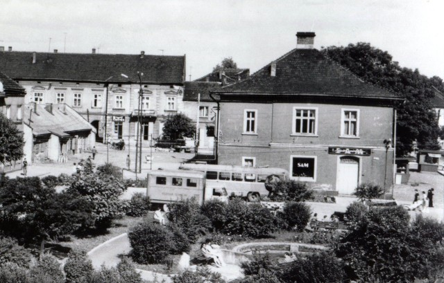 KRZESZOWICE - Rynek, 1973 r.(fot. K. Matl, wydawca: PTTK)