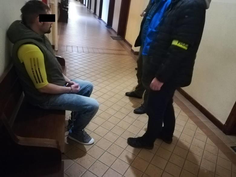 Mimo zatrzymania 42-letniego Sławomira B., podejrzanego o zabójstwo 48-letniego sąsiada, nie są jeszcze jasne wszystkie okoliczności tej zbrodni. Prokuratura próbuje je teraz ustalić. Między innymi przy pomocy biegłych. Pisaliśmy już o tym, że 48-letni mieszkaniec ulicy Piastowskiej został zamordowany w 2012 roku. Od początku śledztwa w tej sprawie, Sławomir S. podejrzewany był o popełnienie tej zbrodni. Mężczyzna jednak zniknął. Śledczy twierdzili 7 lat temu, że zebrali tak wiele dowodów na to, iż to on może być sprawcą tej zbrodni, że już wówczas zdecydowali się postawić mu zarzut zabójstwa sąsiada z tej samej kamienicy. Za Sławomirem B. wysłano również list gończy, a potem Europejski Nakaz Aresztowania, gdy pojawiły się sygnały iż uciekł za granicę. Podobno zrobił to następnego dnia po zabójstwie.