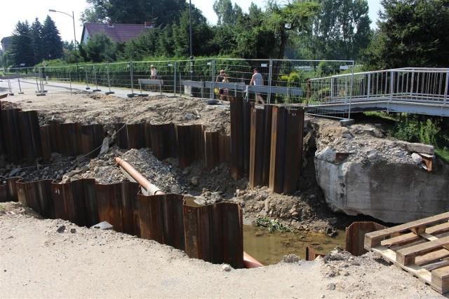 Zniszczona droga wojewódzka i most w Głuchołazach.