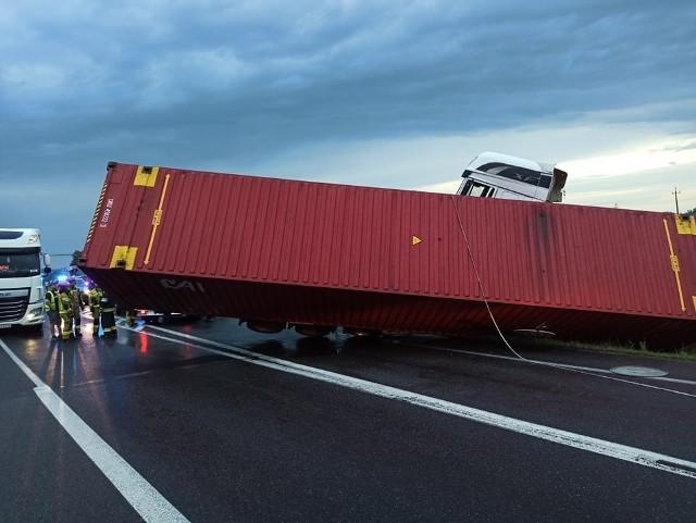 W środę nad ranem na DK11 w Pleszewie samochód ciężarowy przewrócił się na drodze i zablokował całą szerokość jezdni. Jedna osoba została poszkodowana.Przejdź do kolejnego zdjęcia --->
