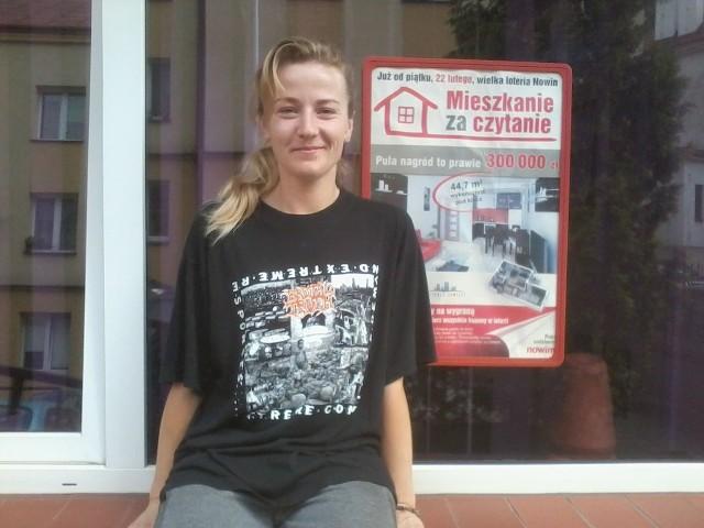 """Dorota Dzięgiel-Pisarek odebrała wygraną w loterii Nowin """"Mieszkanie za czytanie"""" w kwocie 500 zł."""