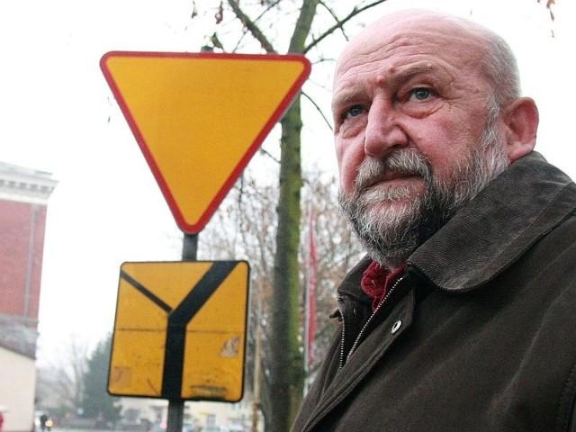 - Te znaki wykluczaja się nawzajem i wprowadzają kierowców w błąd - mówi Jan Kijak.