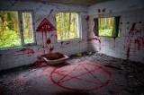 Krew na ścianach, symbole satanistów. Co wydarzyło się w opuszczonym kampingu na Kaszubach? Zajrzeliśmy do środka...