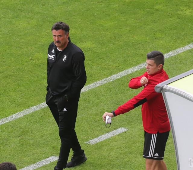 Trener Wojciech Stawowy w trakcie meczu z Radomiakiem