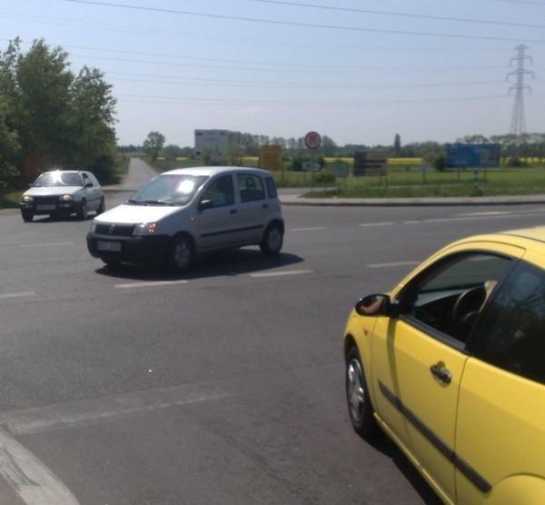 Nawet w niedzielę po południu trudno przejechać przez skrzyżowanie obwodnicy z drogą do Brzegu i Skarbimierza.
