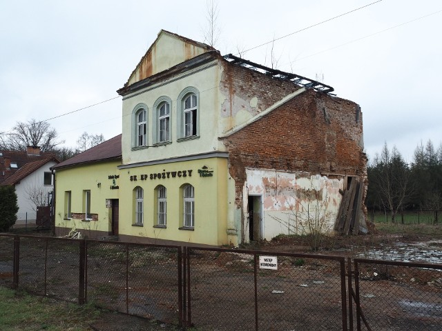 """Tak, po 5 latach od rozbiórki, wygląda """"stara szkoła"""" w Krzyszkowicach. Brakuje wschodniej części, którą zdążono rozebrać zanim prace  wstrzymano"""
