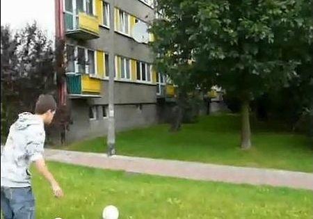 Michał na osiedlu Piasta pokazuje piłkarskie sztuczki