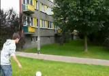 Piłkarskie sztuczki: Michał na Piasta strzela w antenę, kosz na śmieci albo strąca butelki (wideo)