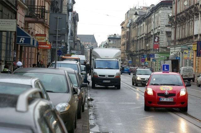 Samochody na ul. Starowiślnej. Zdjęcie z 2012 roku.