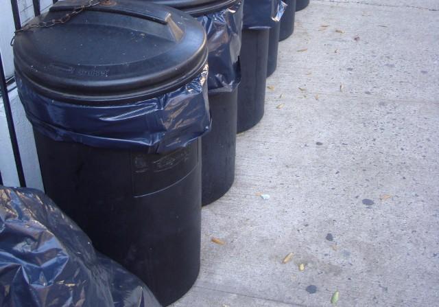 Pojemniki na odpadyCzarne pojemniki na śmieci mogą zniknąć sprzed naszych domów.