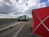 Śmiertelny wypadek na obwodnicy Suwałk. Dwóch mężczyzn zostało potrąconych przez samochód ciężarowy na DK 8 [ZDJĘCIA]