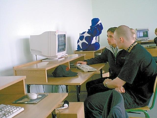 Uczniowie podczas pracy nad internetową stroną. Od lewej siedzą: Dominik z Soest i Szymon z PG nr 2.