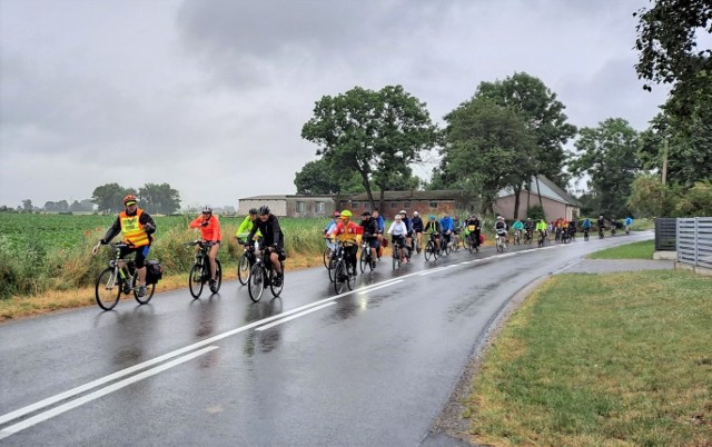 """W rajdzie rowerowym """"Życie bez krtani nie musi być do bani"""", który zorganizowała Krzysztof Gąsiorowski z Kruszwicy, udział wzięło ponad 80 cyklistów"""