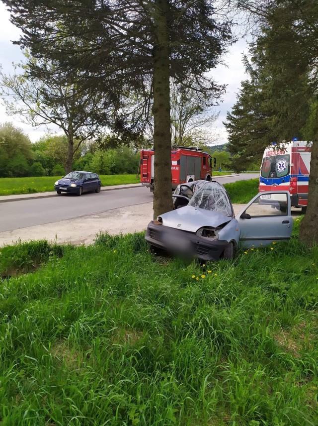 Na drodze powiatowej w Hańczowej kierowca fiata seicento z nieustalonych przyczyn zjechał z drogi i uderzył w drzewo
