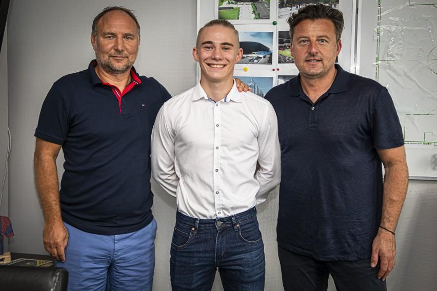 Dariusz Adamczuk (dyrektor sportowy Pogoni), Mariusz Fornalczyk i trener Kosta Runjaic.