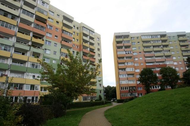 Bloki z prefabrykatów stawiano w wielu polskich miastach. Miały przetrwać 50-60 lat. Dziś wiadomo, że postoją jeszcze co najmniej 50 lat, ale trzeba w nie zainwestować. I to szybko.