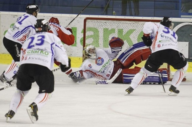 Przemysław Odrobny ma w Sanoku kontrakt ważny do końca następnego sezonu, ale przy 3-miesięcznych zaległościach finansowych - PZHL może rozwiązać jego umowę z Ciarko PBS Bankiem.