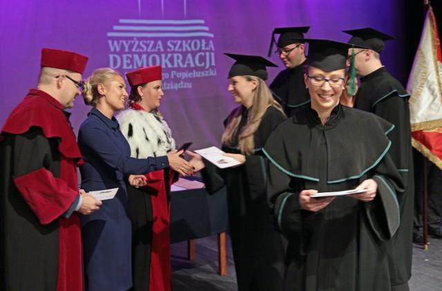 Wyższa Szkoła Demokracji im. ks. Jerzego Popiełuszki - tak teraz brzmi pełna nazwa grudziądzkiej uczelni. Uroczystości nadania jej imienia oraz sztandaru  odbyły się w sobotę w Bazylice oraz w teatrze.