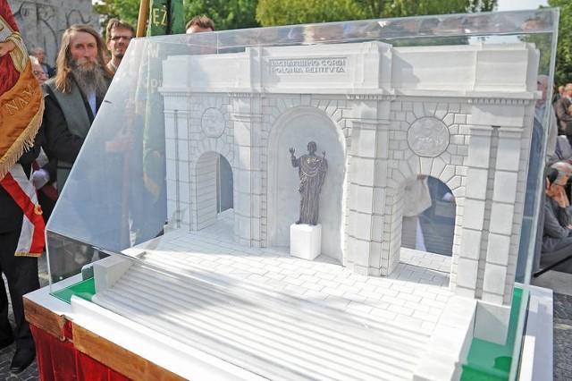 W niedzielę na placu Mickiewicza zgromadzili się zwolennicy ustawienia tam figury Chrystusa