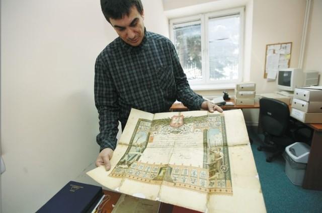 – Darczyńca przekazał nam dyplom mistrzów ślusarskich z początków XX w. – mówi Dariusz Gogolewski z IPN