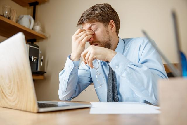 Zapalenie zatok przynosowych objawia się m.in. bólem twarzoczaszki.