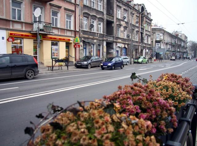 Kwietniki, ławeczki i kosze na śmieci. Miasto zaczęło dbać o Lubartowską, ale sklepikarze mówią, że ostatnio jest tam niebezpiecznie