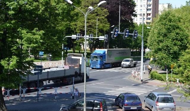 Wielkie tiry przemykają obecnie przez ścisłe centrum Zawiercia. Obwodnica pozwoli ciężkiemu transportowi je ominąć.