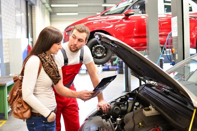 Brak wystarczającej wiedzy o samochodzie, lęk przed lekceważeniem lub zawyżaniem cen wykonywanych usług - tego najczęściej boją się właściciele samochodów, a szczególnie właścicielki, przed wizytą w warsztacie samochodowym. Wizyta u mechanika może być bardzo stresująca.Eksperci z Warsztaty Yanosik podpowiadają, jak się przygotować na pierwszą wizytę u mechanika. Co warto wiedzieć i jak się przygotować, jadąc do warsztatu? Zobacz najważniejsze porady ekspertów >>>>>