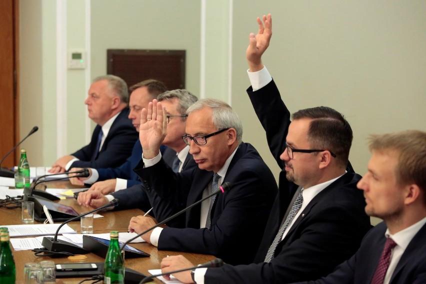 Marcin Horała zaprezentował w piątek raport z prac komisji...