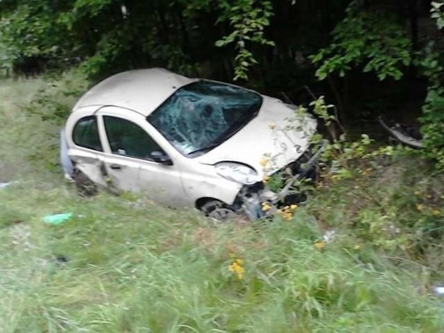 Jakub PikulikDo groźnego wypadku doszło na drodze wojewódzkiej nr 132 pod Witnicą. Osobowe auto wypadło z drogi i wylądowało w przydrożnym rowie. Jedna osoba została ranna.We wtorek, 16 sierpnia, w Mościczkach (gm. Witnica) doszło do groźnego wypadku. Auto osobowe wypadło z drogi i wylądowało w przydrożnym rowie. Na miejsce wezwano pogotowie, policję i staż pożarną. Jedna osoba wymagała pomocy medyków.Do kraksy doszło na niebezpiecznym skrzyżowaniu przed Witnicą. Nawierzchnia była mokra, padał ulewny deszcz. Policjanci przestrzegają, żeby w tym miejscu przestrzegać przepisów. Stoi tu ograniczenie prędkości do 70 km/h.Preczytaj też:  Pod Witnicą radiowóz uderzył w drzewo i stanął w płomieniach [ZDJĘCIA]Zobacz też: Wypadek na rondzie Gdańskim w Gorzowie