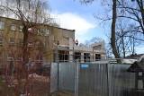 Nowa część budynku Zespołu Szkół Ogólnokształcąco - Technicznych w Lublińcu już stoi, choć jeszcze nie jest zadaszona ZDJĘCIA