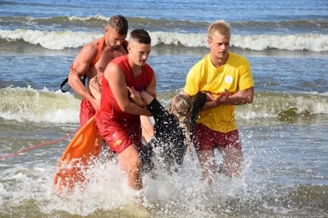Polacy z reguły albo nie umieją pływać, albo pływają bardzo słabo. W dodatku nie znają specyfiki Morza Bałtyckiego, nie zdają sobie sprawy, że potrafi być niebezpieczne, a wielu wciąż wchodzi do wody po pijanemu. Dlatego dochodzi do tragedii – wynika ze słów Romana Chmielowskiego, zawodowego ratownika wodnego, doświadczonego członka pomorskiego WOPR.