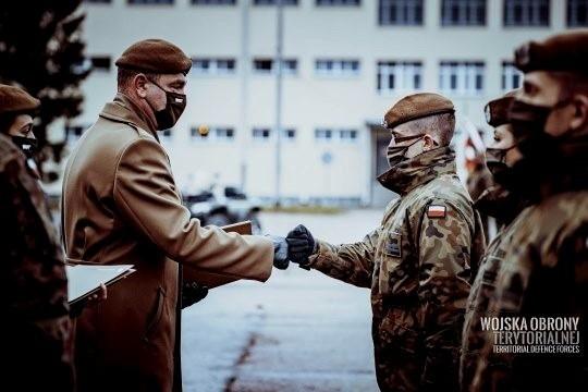 Terytorialsi z ostatniego naboru wypowiedzieli słowa roty przysięgi wojskowej w sobotę na placu apelowym jednostki wojskowej w Białymstoku